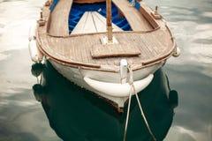 Фото причаленной старой белой деревянной шлюпки Стоковые Фотографии RF