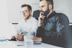 Фото процесса Coworking Идея работы команды менеджеров финансов новая Молодой экипаж дела работая с startup современным офисом стоковые изображения rf