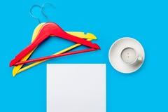 Фото пустых листа бумаги, чашки кофе и вешалок на Стоковая Фотография RF
