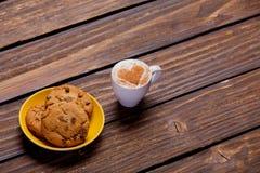 Фото плиты вполне печений и чашки кофе на wonderfu Стоковые Изображения