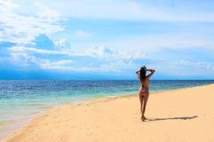 Фото пляжа лета Женщина на каникуле девушка пляжа красивейшая Стоковые Фотографии RF