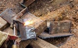 Фото работника делая газовую резку на стали Стоковые Фотографии RF
