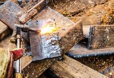 Фото работника делая газовую резку на стали Стоковое Фото