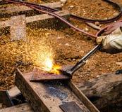 Фото работника делая газовую резку на стали Стоковое Изображение