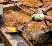 Фото работника делая газовую резку на стали Стоковые Изображения