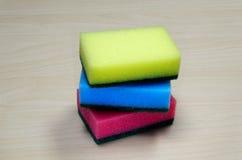 Фото различных покрашенных очищая губок на столе Стоковое Изображение RF