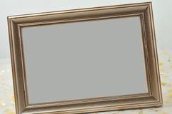 Фото рамки на сияющей таблице Стоковые Изображения RF