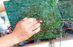 Фото ремонтника испытывая цепь ТВ Стоковые Изображения