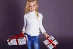 Фото рождества милой маленькой белокурой девушки с настоящими моментами Стоковая Фотография RF