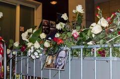 Фото роз и Pawel Adamowicz на городской ратуше Гданьск вечером стоковая фотография rf