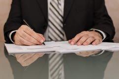 Подписывая документы Стоковые Фото