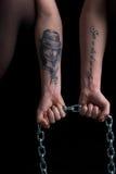 Фото рук женщины держа цепь Стоковые Фото