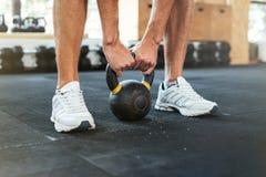 Фото рук и веса фитнеса Стоковые Изображения