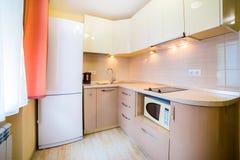 Фото светлой комнаты кухни стоковое фото
