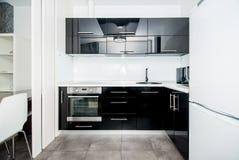 Фото светлой комнаты кухни стоковое изображение
