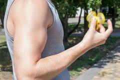 Фото сильного человека играя обтекатель втулки непоседы пока имеющ hol игрока gamer парня прогулки сексуальный мышечный красивый  стоковое изображение