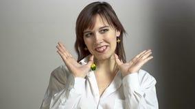 Фото снимая молодую женщину брюнет с bijou видеоматериал