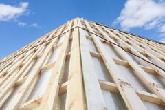 Фото совершенно новых деревянных доск планки крыши на меньшем доме против красивого спокойного света дня - голубого неба стоковые фото