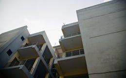 Фото современного архитектурноакустического здания уникальное стоковая фотография