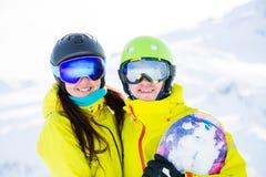Фото спорт женщины и человека с сноубордом против предпосылки гор Стоковое фото RF