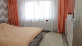 Фото средней квартиры спальни размера в серых цветах, кожаной современной и минималистской кровати, белом офисе и комоде, стеклян Стоковые Изображения
