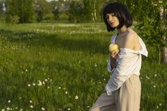 Фото стиля искусства девушки нося ультрамодную белую рубашку, бежевый tr стоковое изображение rf