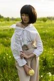 Фото стиля искусства девушки нося ультрамодную белую рубашку, бежевый tr стоковое изображение