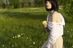Фото стиля искусства девушки нося ультрамодную белую рубашку, бежевый tr стоковая фотография