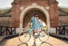 Фото стиля Pin поднимающее вверх, девушка с винтажным велосипедом Стоковые Изображения