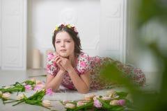 Фото студии девушки на светлой предпосылке Стоковая Фотография RF