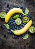 Фото студии различных фруктов и овощей на деревянном столе стоковое фото