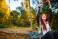 Фото счастливой девушки фотографируя в лесе осени Стоковое фото RF