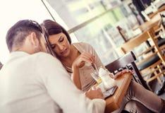Фото счастливой пары смотря таблетку Стоковые Фото