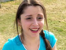 Фото счастливой усмехаясь путешествуя девушки стоковое фото rf