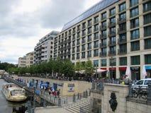 Фото с зданиями предпосылки на оживлении реки в Берлине Стоковые Фотографии RF