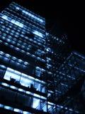 Фото с предпосылкой ночи современных архитектурноакустических многоэтажных зданий офиса и гостиничного комплекса Стоковые Изображения