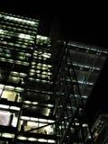 Фото с предпосылкой ночи современных архитектурноакустических многоэтажных зданий офиса и гостиничного комплекса Стоковая Фотография RF