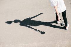 Фото тени женщины с наушниками Стоковая Фотография
