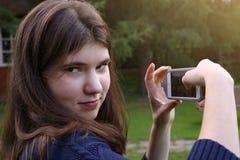 Фото телефона взятия девушки подростка Стоковые Фотографии RF