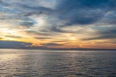Фото тропического неба на заходе солнца Seascape Солнце в облаках над морем Горизонтальное изображение Стоковые Фотографии RF