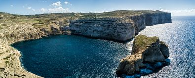 Фото трутня - изрезанная береговая линия Gozo, Мальты стоковые фото