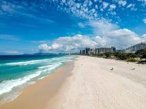 Фото трутня пляжа Barra da Tijuca, Рио-де-Жанейро, Бразилии Стоковое Изображение