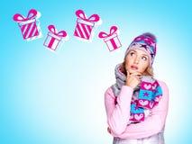 Фото думая женщины с иллюстрацией подарков стоковое фото rf