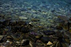 Фото утесов в воде стоковое изображение rf