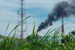 Фото фабрики дыма выпущенное к день Стоковые Изображения RF
