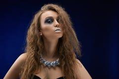 Фото харизматической красивой девушки с художническим составом стоковая фотография rf