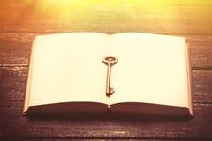 Фото холодной пустой тетради и ключа на чудесной коричневой древесине Стоковая Фотография RF