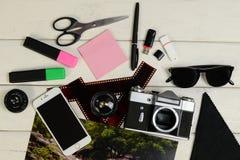 Фото цвета, камера, отметки, стикер, photoaccessories, съемки фильма, флэш-карта памяти и ножницы на таблице Стоковая Фотография RF