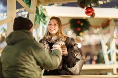 Фото человека от задней части и женщины со стеклами в кафе улицы стоковое фото
