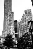 Фото черно-белого фильма noir здания wrigley в Чикаго Иллинойсе Стоковая Фотография